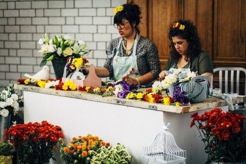 עמדת שזירת פרחים באירוע בגלריה דובנוב. אין או אאוט?
