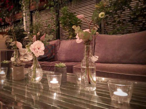 עיצוב שולחן בחתונה בשילוב פרחים